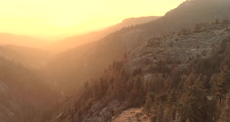 glooiing : Vlucht over het Sequoia National Park. Zonsopkomst. Zonsondergang. De derde video is van drie. 4K. Nov 2017
