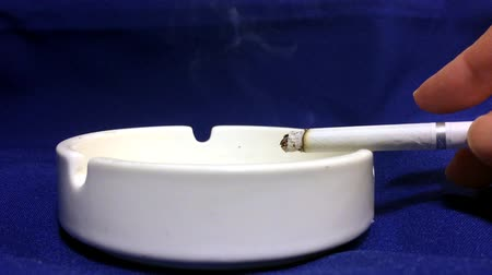 bandeja : The cigarette is a white porcelain ashtray. The dangers of nicotine and tobacco.