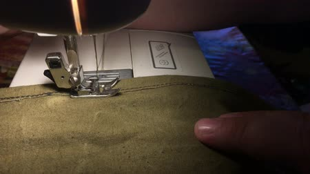 шов : Fabrics on the sewing machine. Scribbles the thread on the rough fabric.