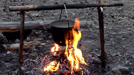 костра : Pot on fire in the camping. The romance of Hiking by nature. In the camp.
