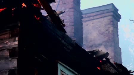 humanidade : Burning old wooden house with stove heating. The tragedy of the fire dwelling.