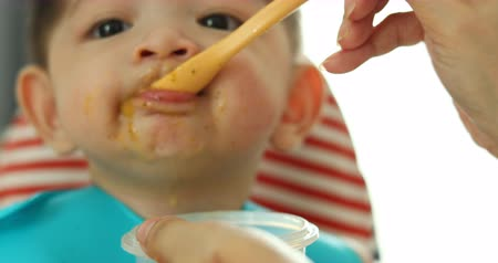 rendetlenség : baby eating puree food first time