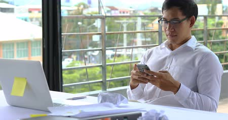 aborrecido : businessman using mobile phone in working time