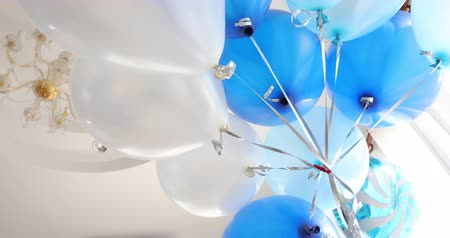 explodindo : blue and white balloon floating decoration in birthday anniversary celebration party