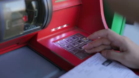 mevduat : people using ATM machine Stok Video