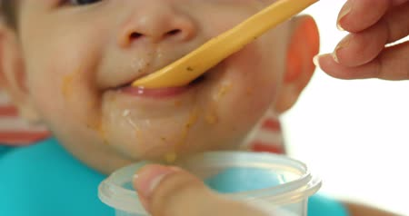 ártatlanság : baby eating puree food first time