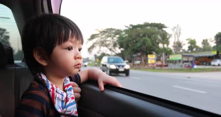 auta : baby boy looking out of window car driving road trips travel Dostupné videozáznamy