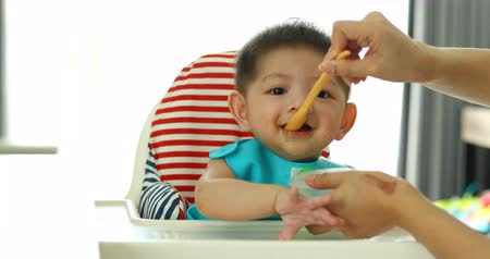 kaše : cute baby happy eating meal puree first time with mom