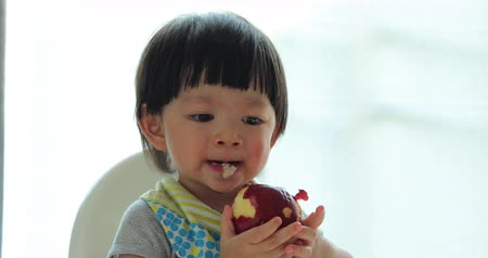 ártatlanság : child boy eating red apple fruit Stock mozgókép