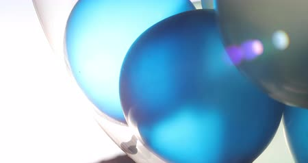 explodindo : blue and white balloon floating in sky with sun light Stock Footage