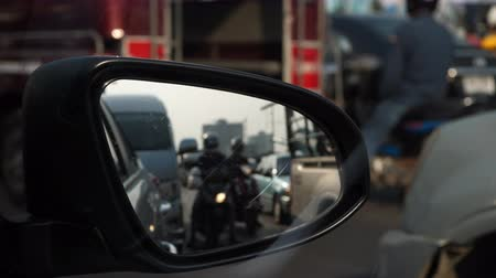 стресс : traffic jam in rush hour of city life, focus on side mirror of vehicle car