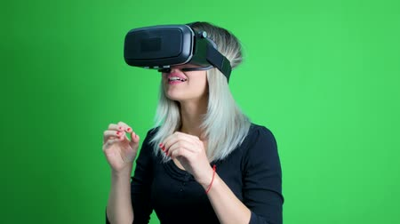 realidade : Young woman with a virtual reality head set on a green screen. Vídeos