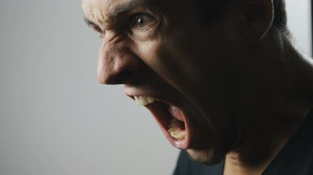 кричать : close-up of an aggressive man screaming