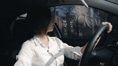 prawo jazdy : Young woman driving a car Wideo
