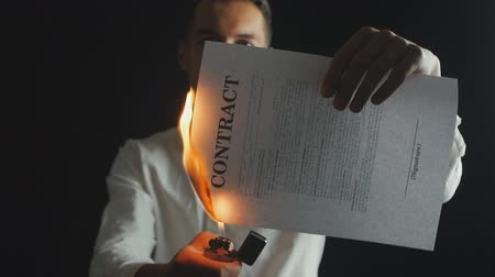 povinnost : Businessman burns a contract document. Destruction of securities. Interruption of an agreement