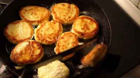 оладья : the process of cooking Russian curd-fritter of cottage cheese. Recipe: fat cottage cheese, adding eggs for a bunch, knead sugar to taste and white flour for a dense state. Before frying roll them in flour. Fry in a preheated pan for 3-5 minutes. Serve wit