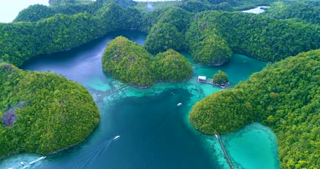 tyrkysový : Aerial view flying over the beautiful and tropical green mountains Sugba Lagoon in Siargao, Philippines