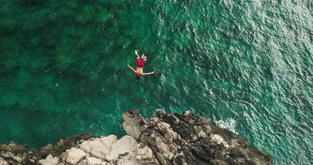 magasság : Aerial view cliff jumping into ocean