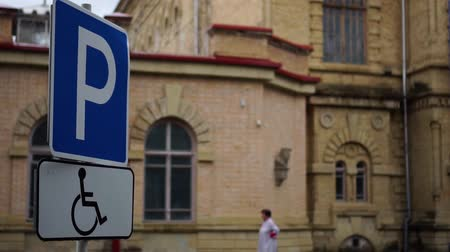 accessibilité : disabled parking sign in the city Vidéos Libres De Droits