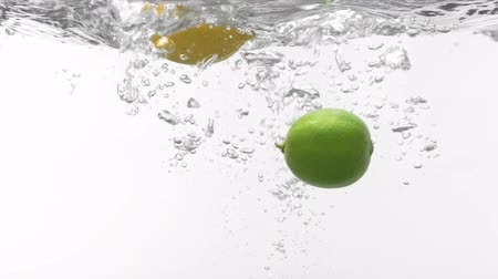 calcário : lemon and lime drop on water,Slow motion