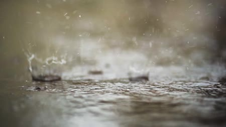 desfocado : Raindrops falling on the floor in slow motion