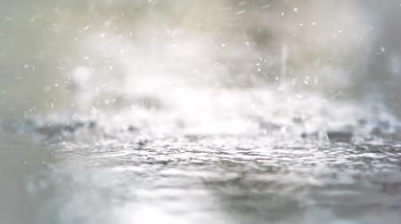 desfocado : Blurry background of raindrops falling on the floor in slow motion