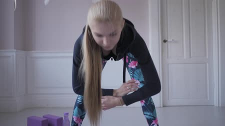 břišní : home fitness. Young woman warming up before training doing exercises to stretch her muscles and joints Dostupné videozáznamy