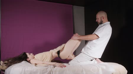 terapeuta : Wellness foot massage. Close up of osteopath doing manipulative massage. Man hands massaging female. Spa centre concept Wideo