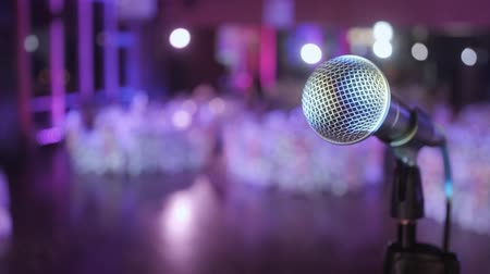 público : Microphone over the Abstract blurred conference hall or wedding banquet background Vídeos