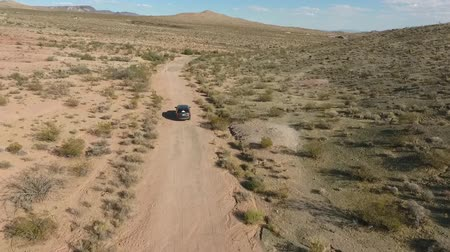 área de deserto : Flight over long highway at monument valley in Utah - Drone Aerial over cars in Arizona. Top view drone footage flying over dry and beige desert, drought resulted landscape, global warming threat