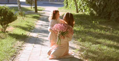 веселье : Happy family. Young beautiful mother and her daughter having fun With bouquet of flowers. Positive human emotions, feelings, joy, embrace, kiss