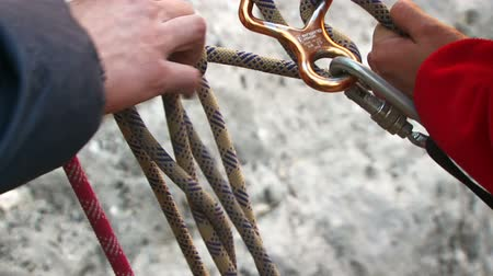 wspinaczka górska : Tying a safety rope before mountain climbing.