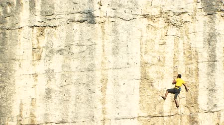 cordas : Mountain climber hanging on a safety rope Vídeos
