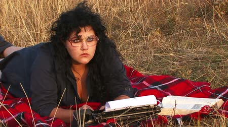 maszyna do pisania : Writer working in a field with a typewriter Wideo