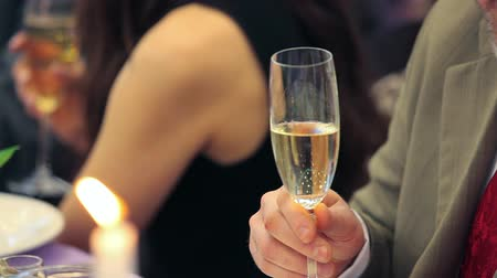 szampan : Raising glasses of champagne to a toast