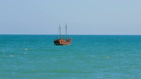 парус : A boat sailing in the sea on a sunny day