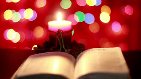 religioso : Christmas candle and open Bible Vídeos