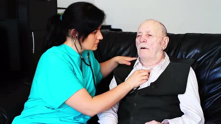 hemşirelik : Nurse consulting sick senior man