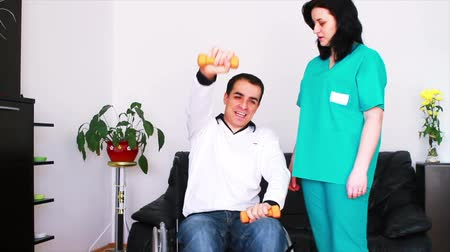 física : Physical therapist working with patient