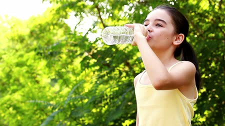 copo : Girl drinking water in summer park