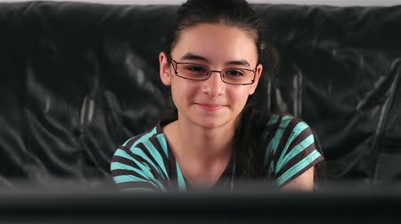 assistindo : Teenage girl with glasses watching TV