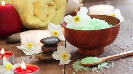 fragrância : Closeup of spa still life bath salt scrub with flowers rocks massage oil towel and candles