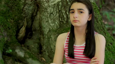 susto : Scared girl lost in forest looking around and crying. Vídeos
