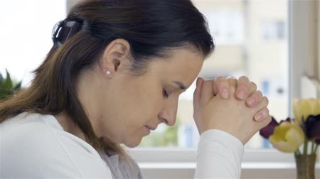 de sangue puro : Woman praying before taking communion. She is with the Bible, blood and bread elements. Stock Footage