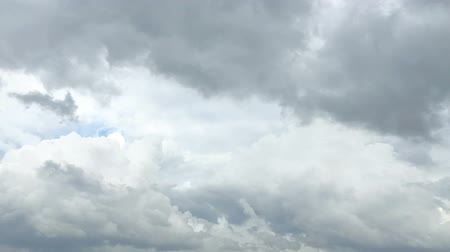 rüzgârlı : Timelapse of the cloud transforming with the wind before raining Stok Video
