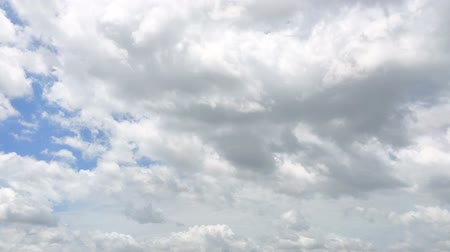 meteorologia : Time-lapse of the blue sky with the white cloud moving and transforming with the wind on the sunny day Stock Footage