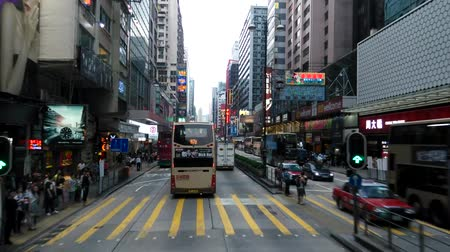 автобус : Time-lapse video of Nathan Road in Hong Kong, China. Nathan Road is the main thoroughfare in Kowloon and is lined with shops and throngs of tourists and locals alike.
