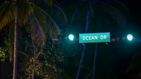 Майами : CU Time Lapse of Ocean Drive street sign at night in South Beach, Miami Стоковые видеозаписи