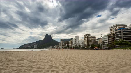 Рио : Empty Beach with Rio de Janeiro skyline and clouds dynamic, Brazil