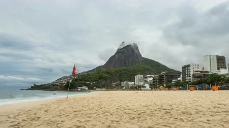 бразильский : Empty Ipanema Beach with Rio de Janeiro skyline and clouds dynamic, Brazil